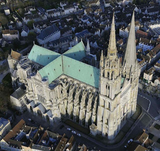 Chartres, catedral atual restaurada identica após numerosos incendios