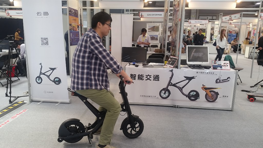 [酷品亮相]智慧電動車雲馬X1,充電一次跑30公里、2秒鐘完成收納