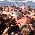 Σοκ - Άφησαν δελφίνι να πεθάνει για να βγάλουν μαζί του selfie - BINTEO