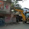 गाजीपुर ,बीच चौराहे  टूटते रहे घर लोग तमाशबीन बने रहे