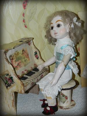 антикварная кукла в образе