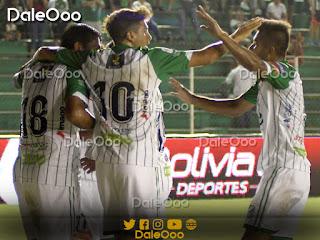 Jugadores de Oriente Petrolero festejan uno de los goles marcados hoy a Royal Pari - DaleOoo