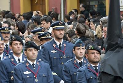 Ejército del Aire en procesión de Semana Santa en Sevilla con la Hermandad de San Isidoro