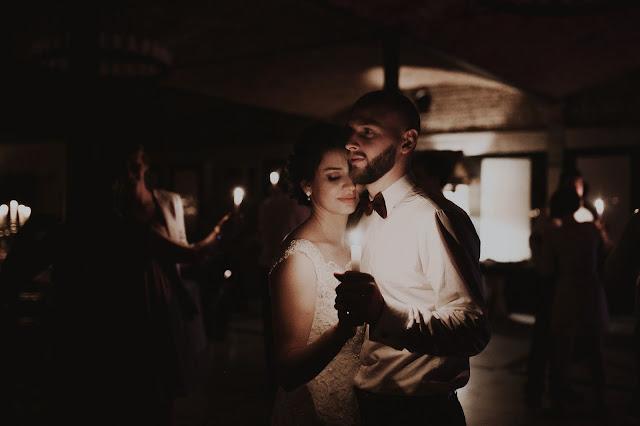 Romantyczny, świetlisty taniec na weselu. Lightsome Studio