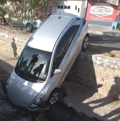 Em Delmiro Gouveia, carro cai dentro de canal  de águas pluviais na tarde deste domingo, 18