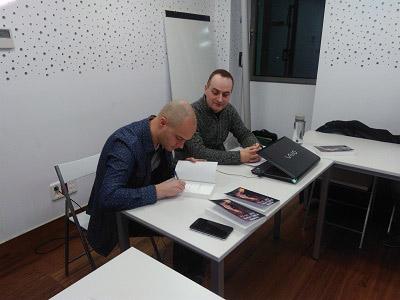 David Monedero firmando libros, y Carlos del Río