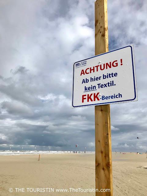 Achtung Hier bitte kein Textil - FKK Bereich - Warnung