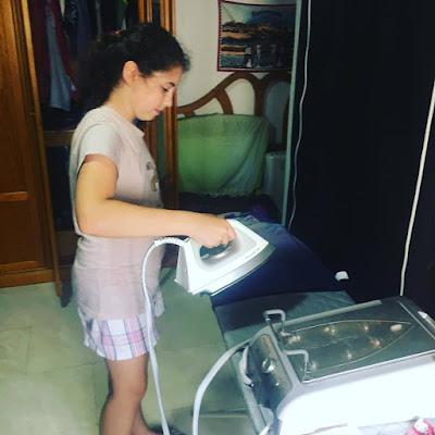 Alejandra aprende a planchar, su primera vez,