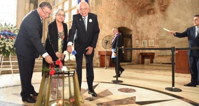 Reiteran pedido de sacar restos de Pedro Santana del Panteón de la Patria
