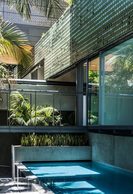 piscine à l'extérieur de la maison de l'architecte Thom Mayne.