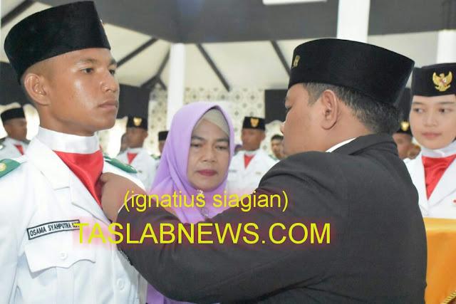 Walikota Tanjungbalai H M Syahrial menyematkan simbol sebagai anggota Paskibra Kota Tanjungbalai di Pendopo Rumah Dinas Walikota Tanjungbalai, Rabu (15/8)