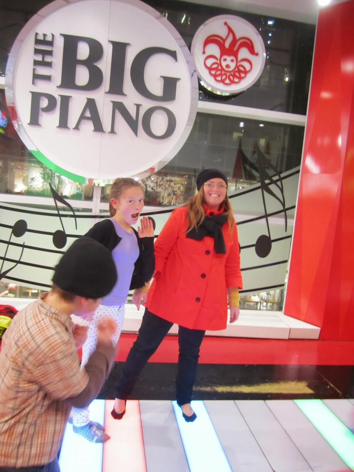 fao schwartz, new york, big piano, family smiling