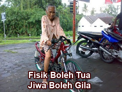 gambar nenek tua naik sepeda motor balap