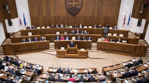 Ismét jóváhagyta az állami jelképekre vonatkozó jogszabályt a pozsonyi parlament