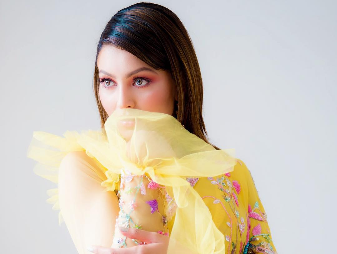 Urvashi Rautela Sexy Looking In Yellow Sharee