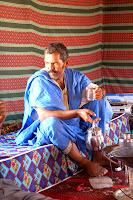 Cuando el frente POLISARIO empezó a combatir el colonialismo español, las mujeres saharauis asumieron responsabilidades inmediatamente y empezaron a participar en la lucha. Las primeras actividades femeninas eran convencionales: reclutar a sus maridos e hijos para que se unieran al frente, dar protección a los miembros del Ejército de Liberación Popular Saharaui (EPLS) y contribuir materialmente a la lucha de éste. Luego fundaron la Unión Nacional de Mujeres Saharauies (UNMS) en 1974, la cual trabajó junto con el Frente POLISARIO militar y políticamente.Cuando la sangrienta guerra entre Marruecos y los guerrilleros de POLISARIO comenzó, las mujeres de la UNMS entraron en acción, lo que significó que muchas jóvenes tomaran las armas y empezaran a luchar junto con los militantes del EPLS.
