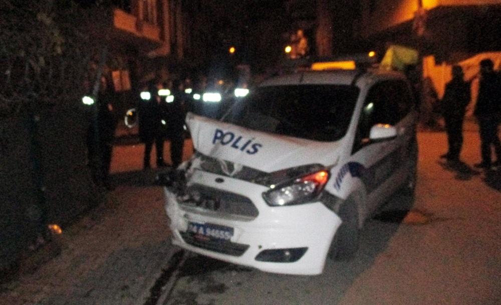 Sarıgazi'de suçlu kovalayan polis, kovalamaca sırasında başka bir araca çarparak kaza yaptı.