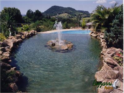 Construção da piscina de alvenaria com construção do lago com pedra e execução do chafariz com a execução do paisagismo.