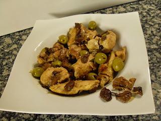 Receta de Pollo de corral con  aceitunas verdes y setas.