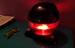 Foto del purificador con agua y la luz encendida en rojo.