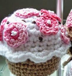 http://blog.bichus.es/2013/06/patron-amigurumi-gratis-cup-cakes.html
