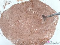 Azúcar glass y cacao puro mezclado