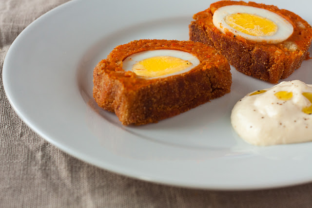 Vegetarijanska škotska jaja sa leblebijom i pečenim paprikama
