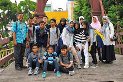 murid murid kelas bilingul mtsn 4 jakarta poe bareng maam Tengku Hantamah dan Mas Candha Jakarta Good Guide di Jembatan Kota Intan