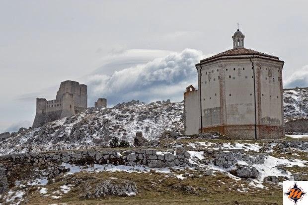 Rocca Calascio, la chiesa di Santa Maria della Pietà e il castello