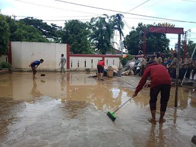 Pasca Banjir di Desa Rangai, Relawan ACT Salurkan Bantuan dan Gelar Gotong Royong Bersama Warga