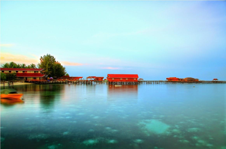 Pemandangan ke arah Derawan Dive Resort pada senja hari