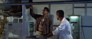 Jeff Goldblum en el Área 51 donde investigan con PC una nave alien