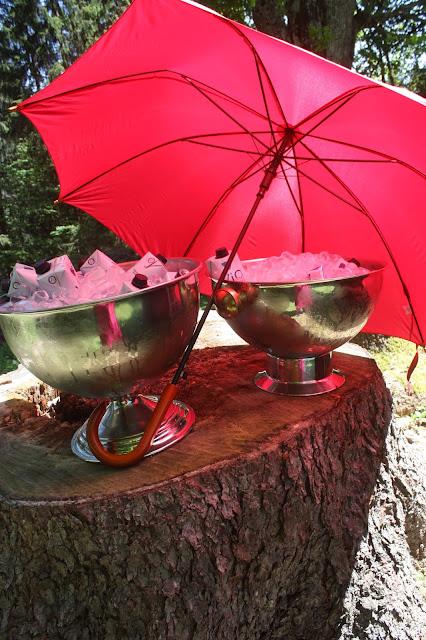 Kühles Wasser und Schattenspender-Schirme - Sommerhochzeit am Riessersee - Wedding in Garmisch, Riessersee Hotel - Cool drinks and umbrellas