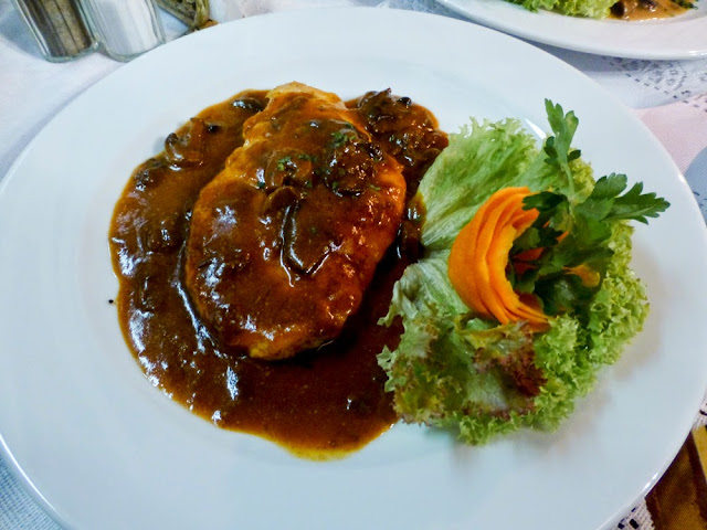 Pollo con ciruelas y champiñones, Restaurante Ariel, Cracovia