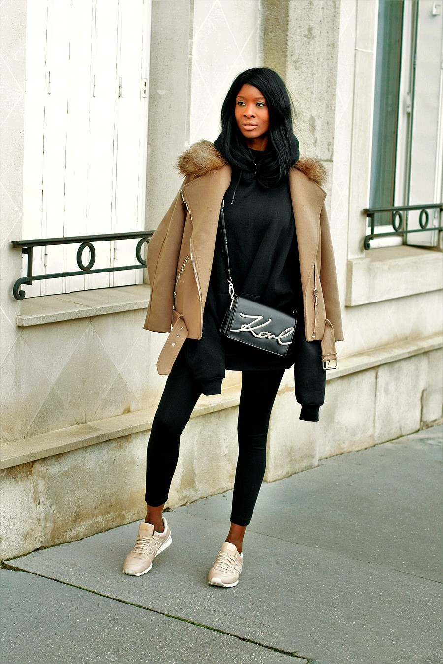 idee-look-sport-chic-sweat-capuche-blouson-sac-karl-lagerfeld-baskets-new-balance-996