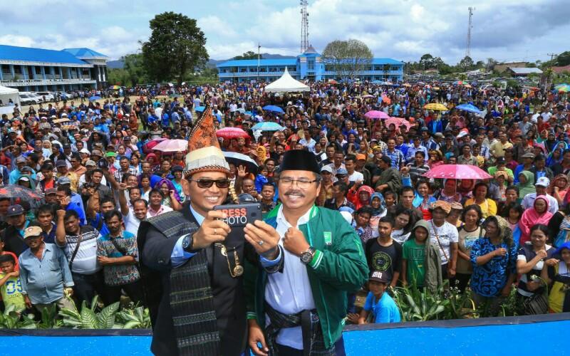 Jr Saragih-Ance foto bersama para pendukung.