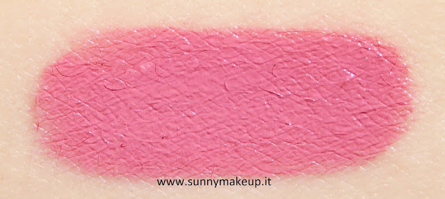 Swatch Too Faced - Happily Ever Lasting Lip & Cheek Duo. Kit Natale 2015. Rossetto Melted nella colorazione Peony.
