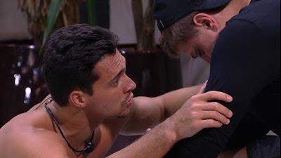 BBB20: Petrix consola Lucas, que chora na área externa