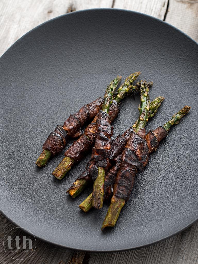 """Zielone szparagi w """"boczku"""" z bakłazana - przepis weganskie, bezglutenowe"""