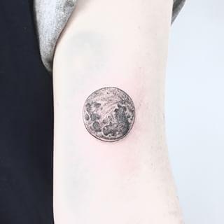 tatuaje luna llena brazo 3