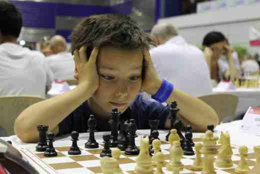 Un jeune participant concentré dans l'Open D - Photo © Chess & Strategy