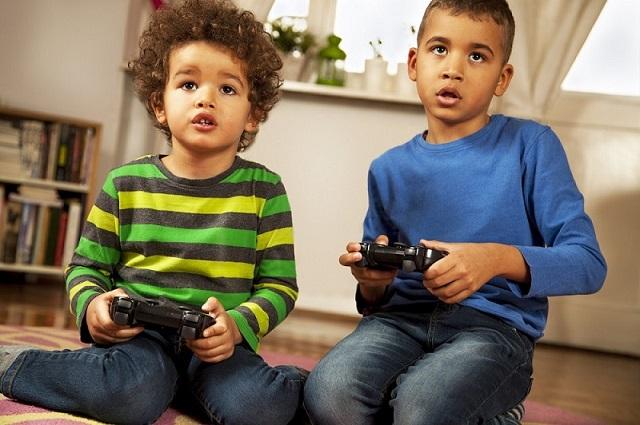 bilgisayar oyunu oynayan çocuklar