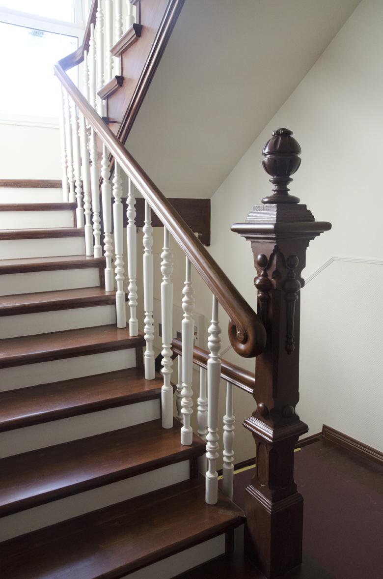 biało-drewniane schody na klatce schodowej