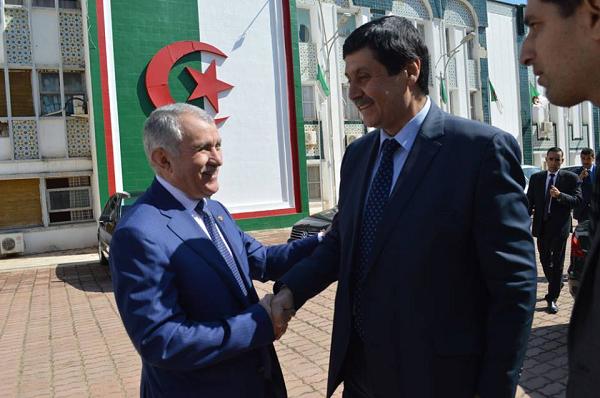 """هذه هي قصة """"البرنوس"""" مع وزير المجاهدين في الشلف"""