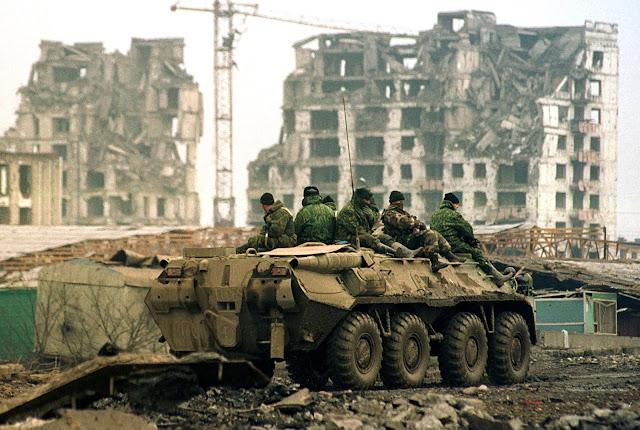Ρώσοι στρατιώτες σε BTR-80 στο Grozny