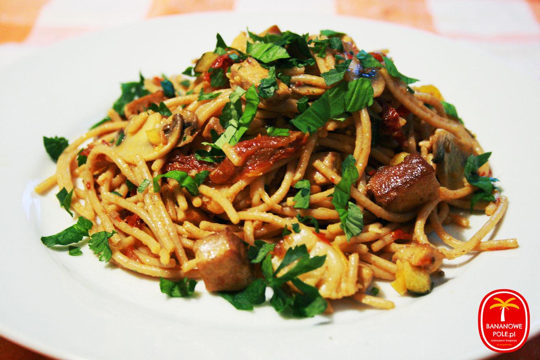 Makaron po azjatycku z marynowanym tofu