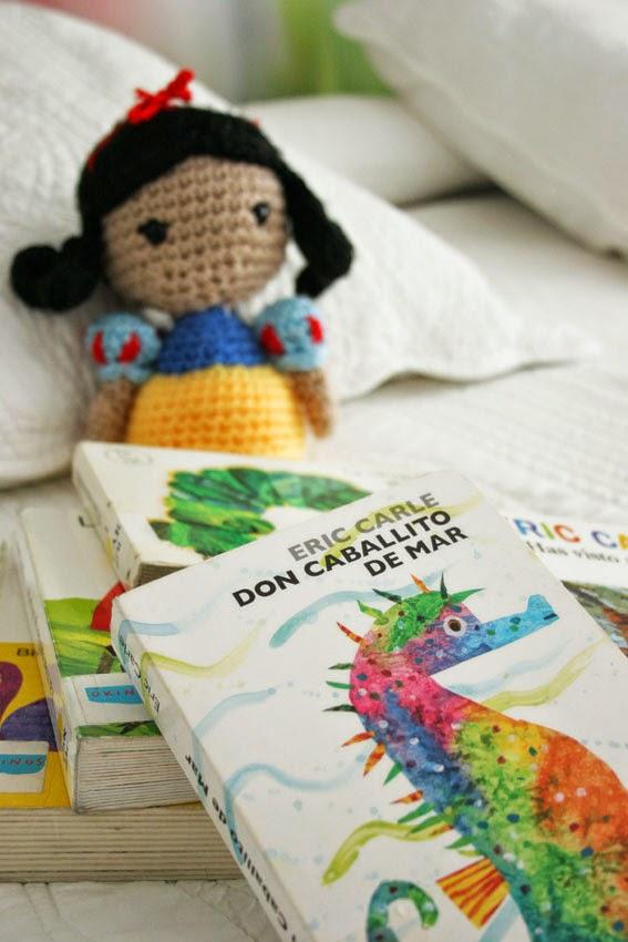 Libros de Eric Carle y blancanieves amigurumi de fondo