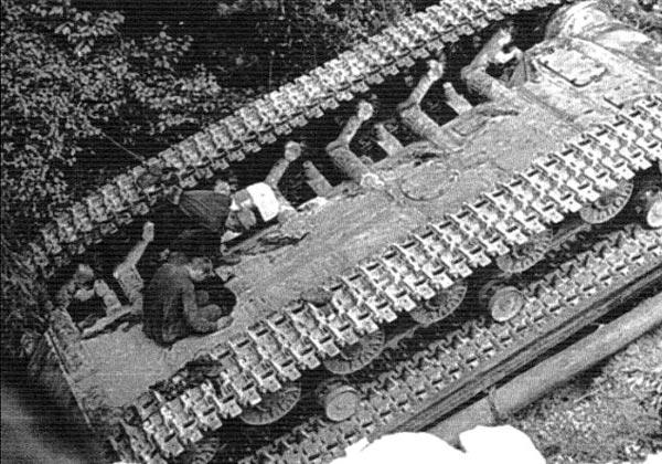 Перевернувшийся танк Т-10М. Хорошо видны люки на днище корпуса