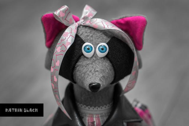 Интерьерная игрушка - енот в косухе и розовых кедах. Игрушка ручной работы. Романтичный подарок девушке.