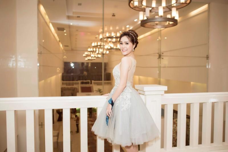 Doanh nhân Di Băng xinh đẹp như công chúa đến dự tiệc của chị gái